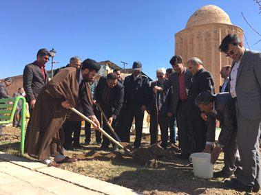 كاشت نهال به ياد شهداي آتش نشان در بوستان نماز